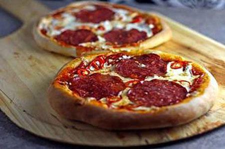 پیتزا سالامی تند,طرز تهیه پیتزا سالامی تند