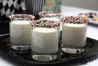 تزئین لیوان شیر،تزیین شیر با ترافل ،لیوان شیر کودکان،هنر در خانه