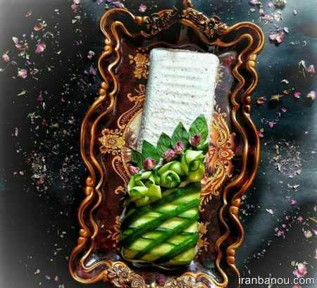 تزیین ماست و خیار با گل محمدی
