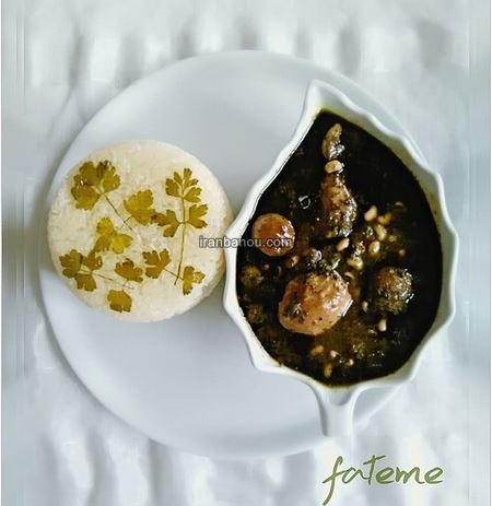 تزیین روی برنج با زعفران و زرشک
